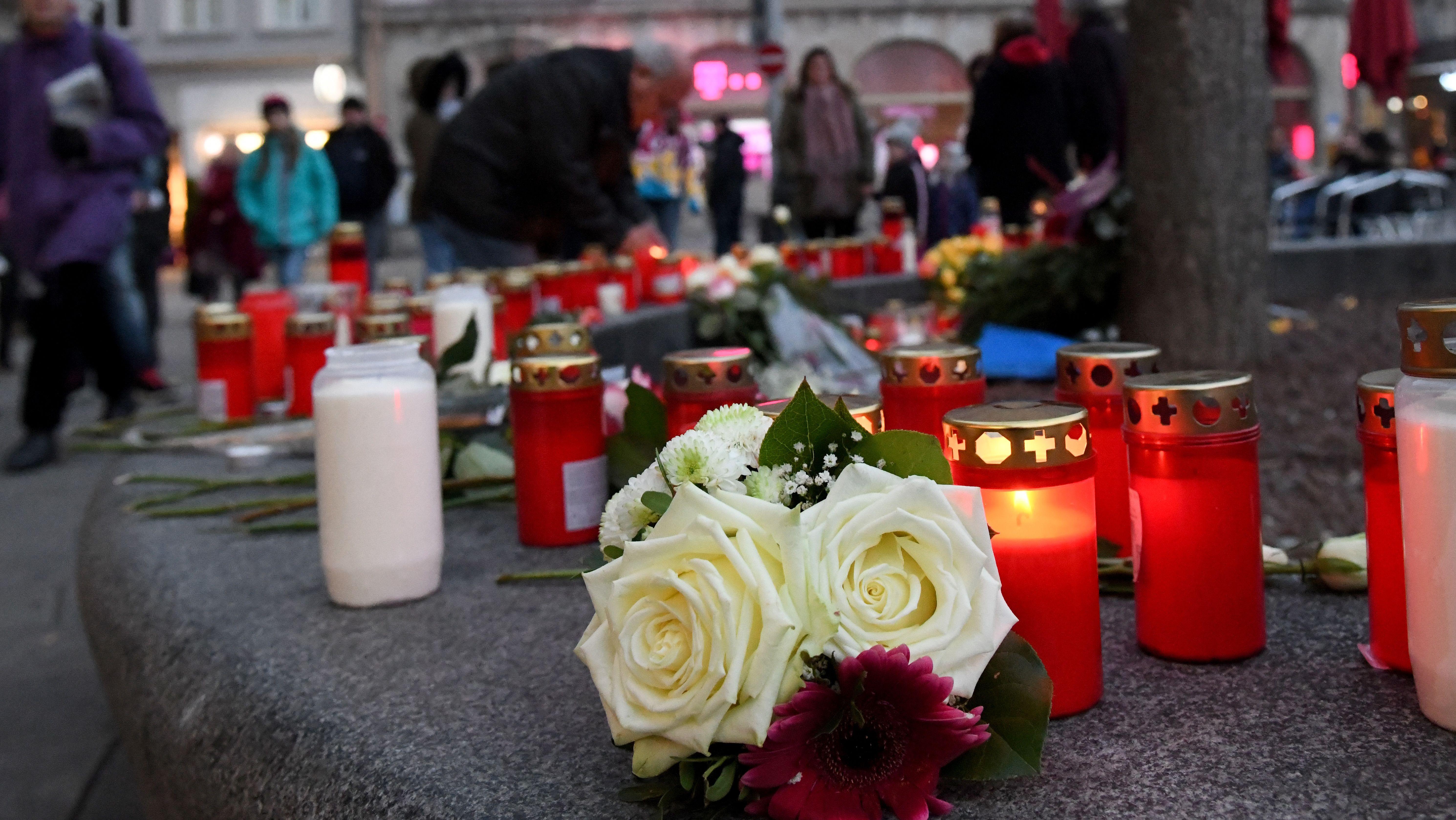 Kerzen und Blumen am Tatort nach Gewalttat am Augsburger Königsplatz