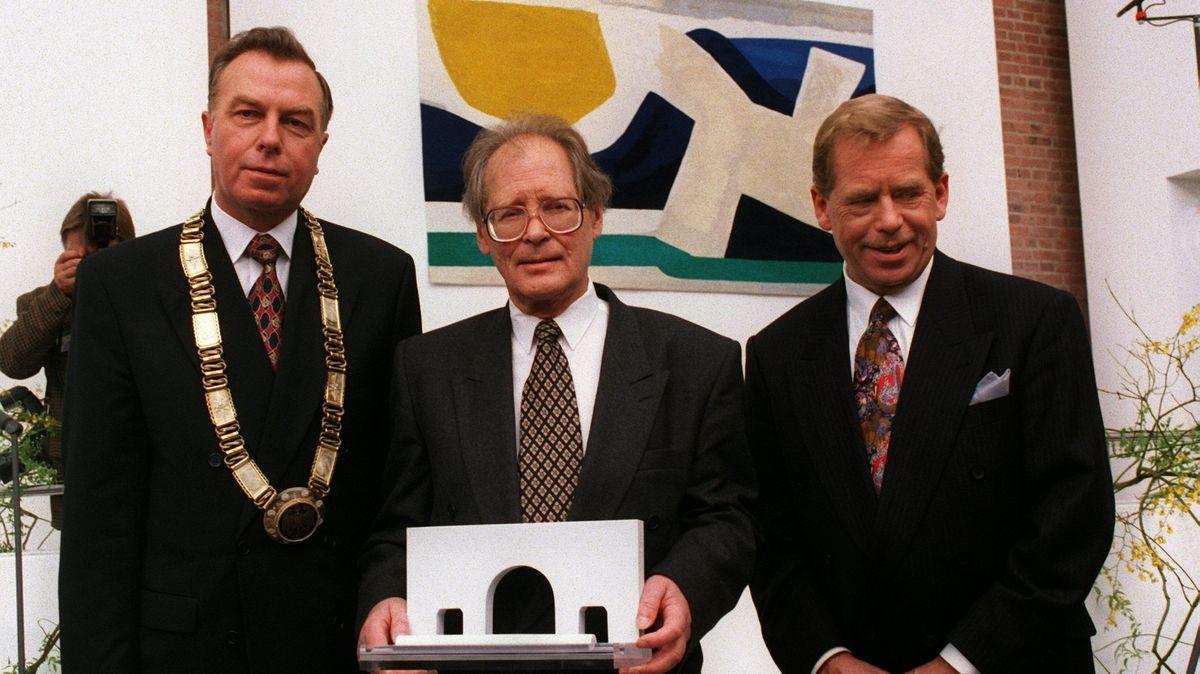 Peter Schönlein (li.) 1995 bei der Verleihung des Nürnberger Menschenrechtspreises mit Preisträger Sergei Kowaljow und Laudator Vaclav Havel.