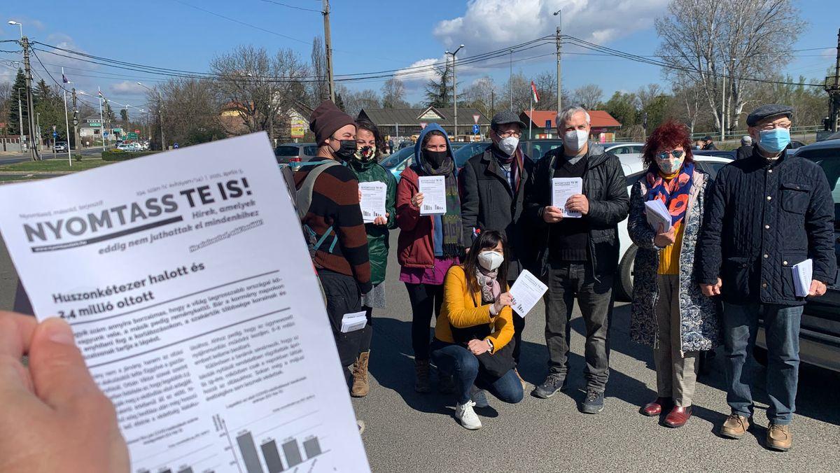 """Die Zeitung heißt """"Druck es aus!"""" und hat nur vier Seiten – mit Informationen, die in den regierungsnahen Zeitungen Ungarns nicht auftauchen."""