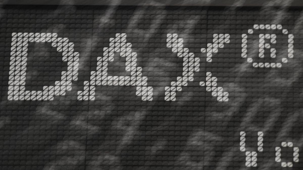 """Das Wort """"DAX"""" steht im Handelssaal der Frankfurter Wertpapierbörse an einer Tafel."""