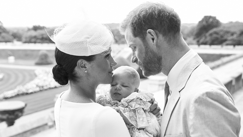 Herzogin Meghan (37) und Prinz Harry (34), halten ihren Sohn Archie Harrison Mountbatten-Windsor bei seiner Taufe im Windsor Castle.
