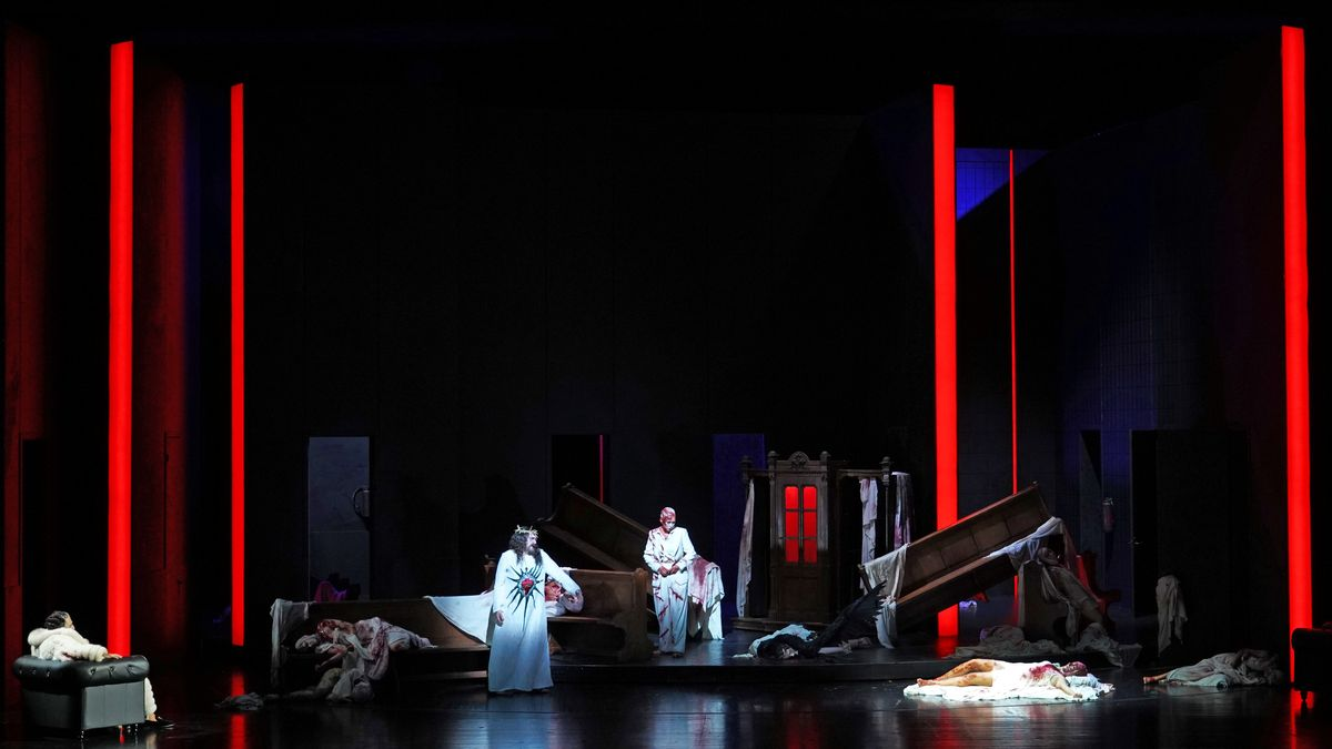 Rote Leuchtsäulen auf der Bühne