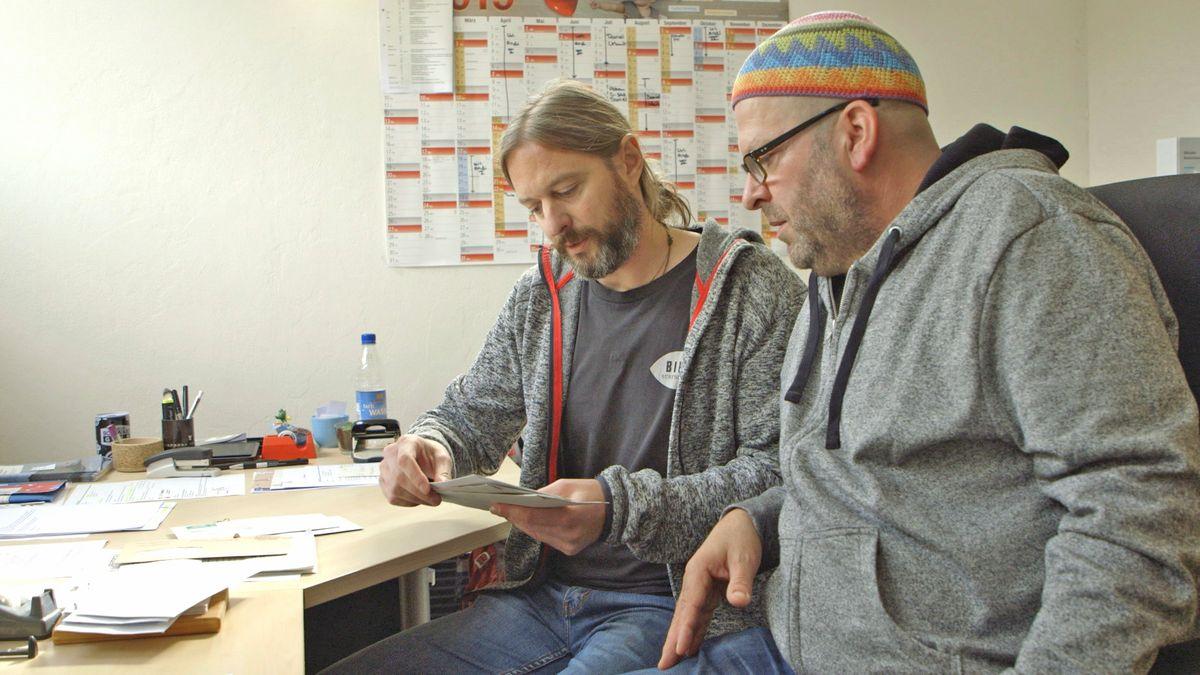 Die Sozialpädagogen Andreas Edenhofer und Daniel Obermeier beim Sortieren der Post