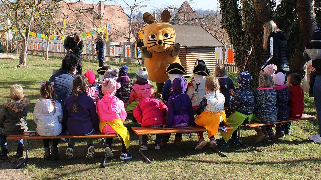Die Maus tritt vor Kindergartenkindern in Dinkelsbühl auf