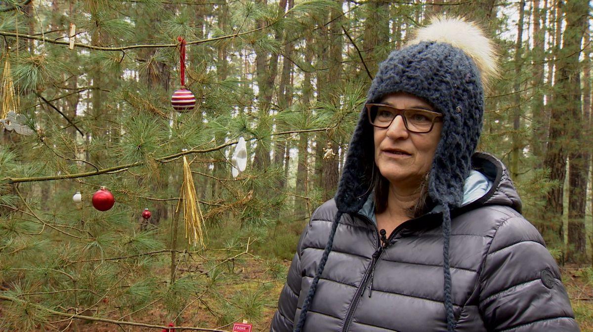 Anita Daschner aus dem Landkreis Cham schmückt Bäume im Wald