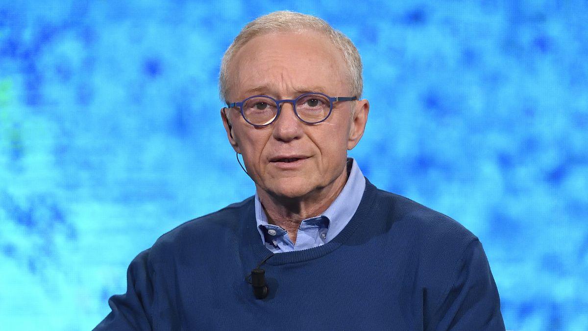 Mann mit blauer Brille, blauem Hemd und blauem Pulli vor blauem Hintergrund: David Grossman