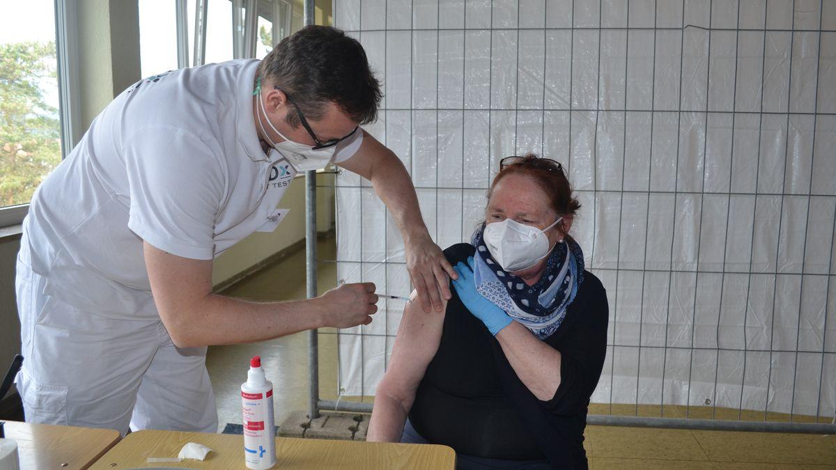 Gabi Magerhans aus Sennfeld war die erste, die ihre Impfung in der Impfstelle in Stadtlauringen bekommen hat.