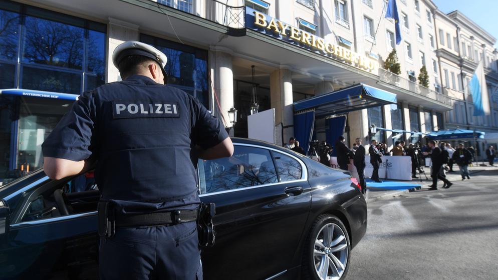Polizisten kontrollieren am ersten Tag der Münchner Sicherheitskonferenz | Bild:dpa-Bildfunk/Tobias Hase
