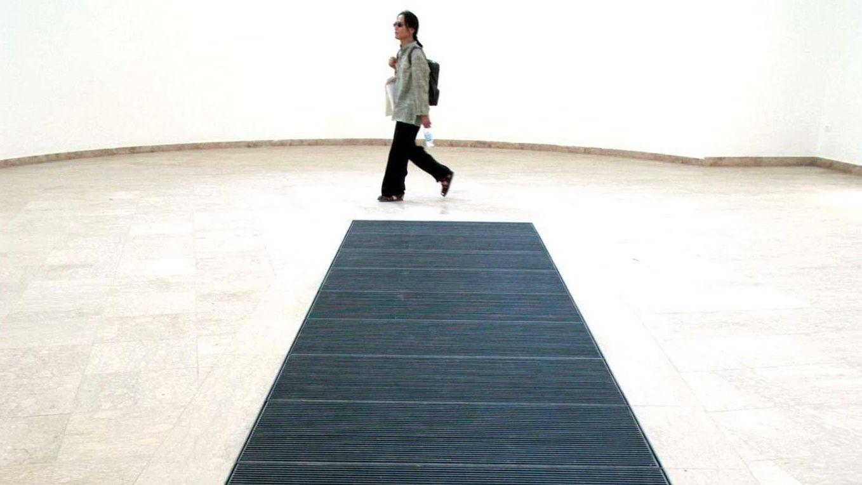 Der deutsche Pavillon 2003: Martin Kippenbergers Luftschacht durchzieht die gigantische Ausstellungshalle.