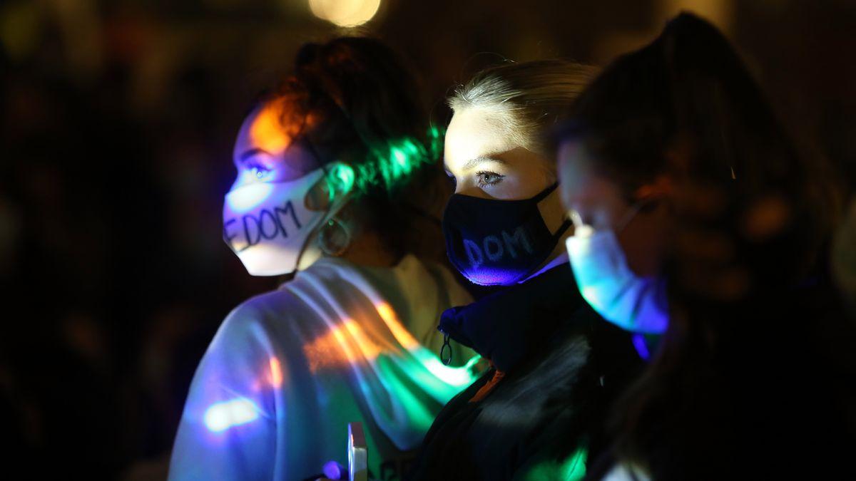 Drei junge Frauen sind mit Maske im Bild, sie demonstrieren.