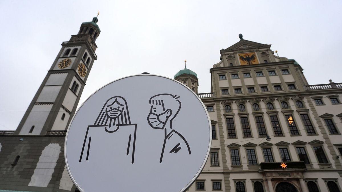 Hinweisschild auf Maskenpflicht auf dem Augsburger Rathausplatz