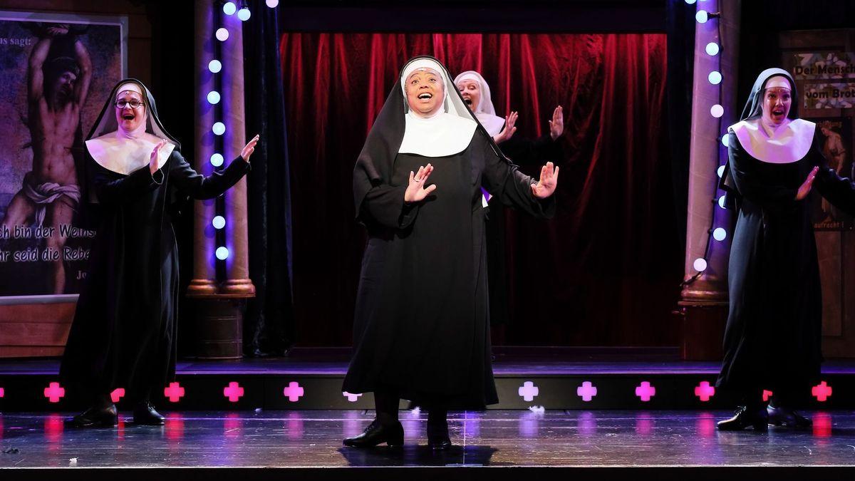 Schwestern schwingen die Arme und singen