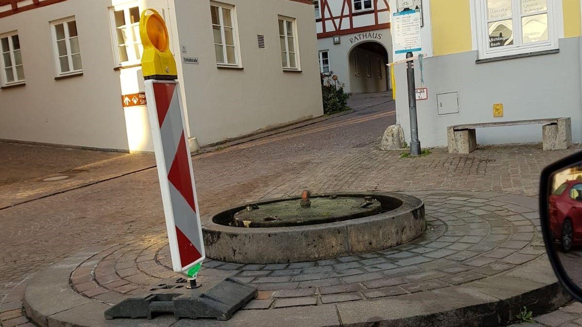 Warnbake vor dem zerstörten Brunnen am Rathausplatz von Harburg
