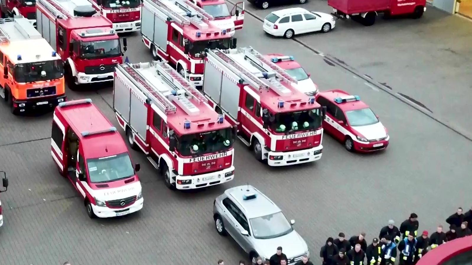 Die Fahrzeuge aufgereiht, mit denen die fränkischen Feuerwehrmänner nach Südbayern fahren.