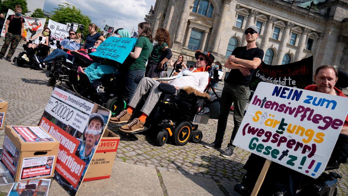 2.7.2020: Betroffene demonstrieren vor dem Reichstagsgebäude gegen das Gesetzesvorhaben.