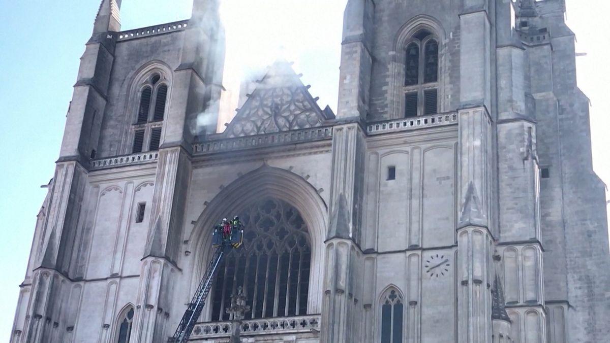 Feuerwehr bei Löscharbeiten an der Kathedrale von Nantes