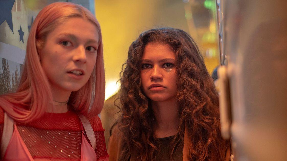 """Jules (Hunter Schafer) und Rue (Zendaya) in der Schule in einer Szene aus der HBO-Serie """"Euphoria"""""""