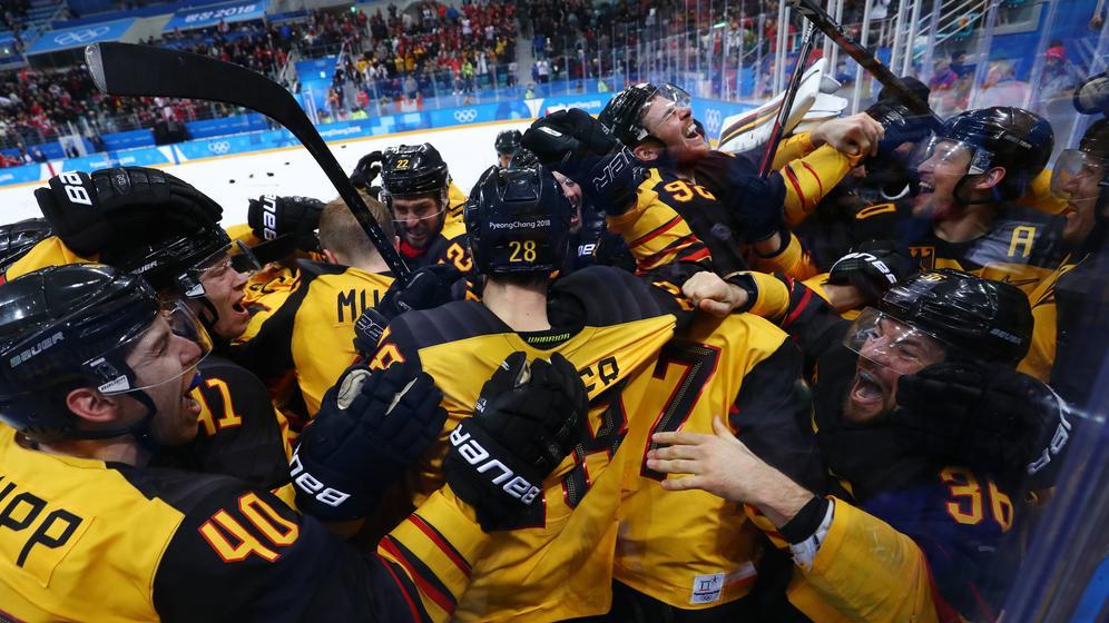 Deutsche Eishockeyspieler jubeln über den Einzug ins Olympia-Finale | Bild:dpa-Bildfunk/Daniel Karmann