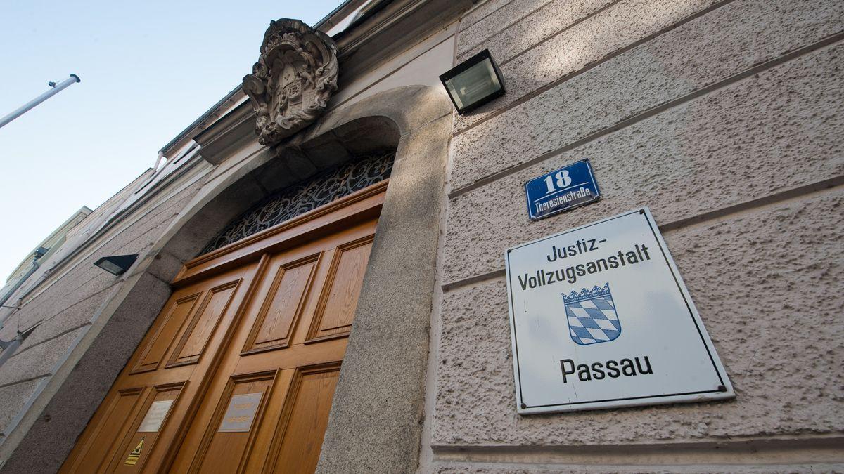 Der Eingang der JVA in Passau