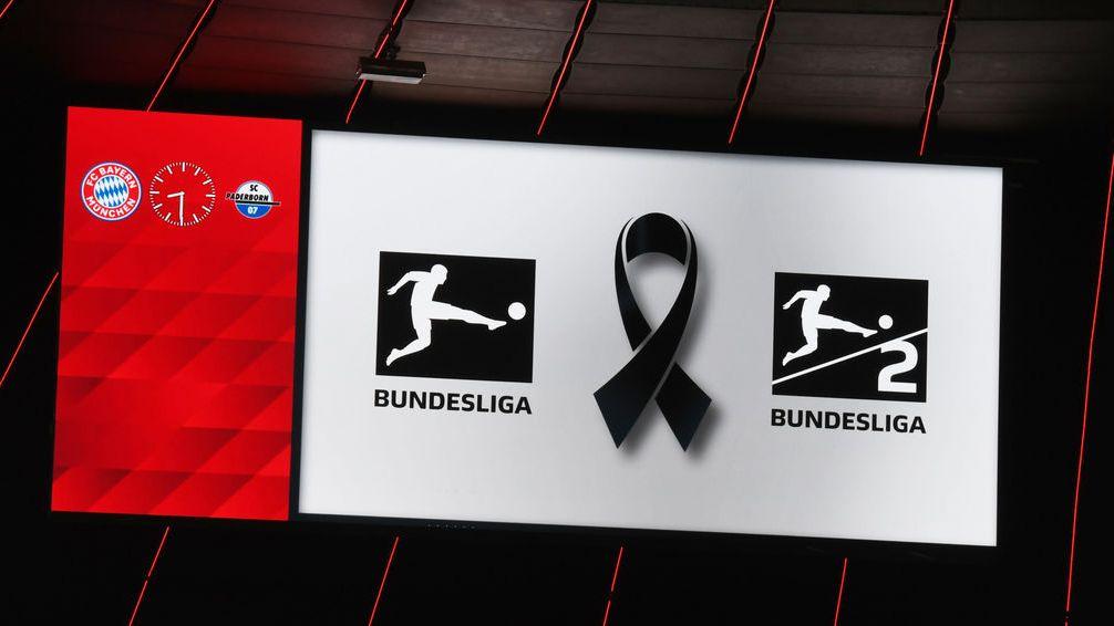 Eine schwarze Schleife ist während einer Schweigeminute für die Terroropfer aus Hanau auf der Anzeigentafel zu sehen.