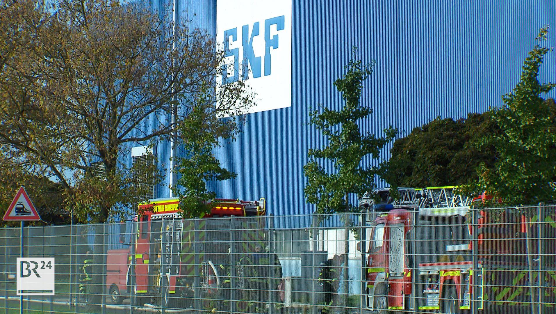 Feuerwehr vor dem Wälz-Lager-Unternehmen SKF in Schweinfurt
