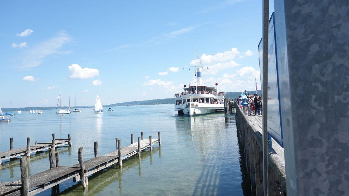 Ausflugsschiffe auf dem Ammersee fahren jetzt auch wieder das Ostufer an.