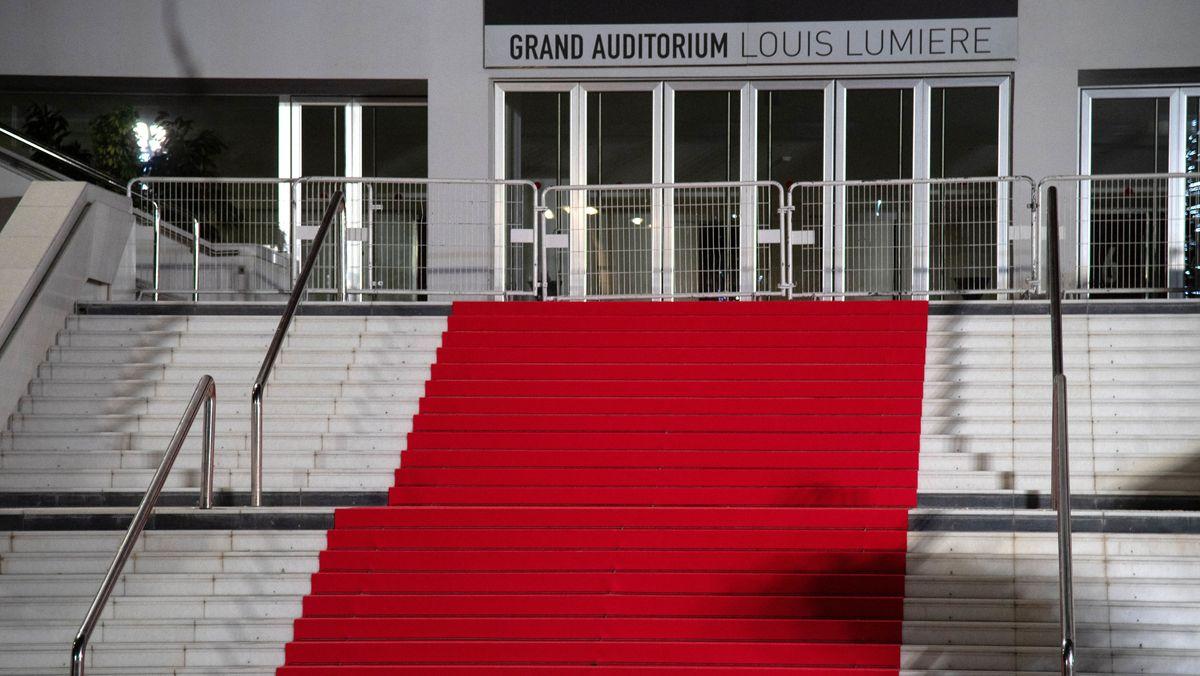 Vor dem Aufgang zum Grand Auditorium in Cannes liegt ein roter Teppich auf der Treppe