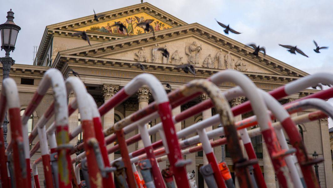 Absperrgitter vor Staatsoper in München