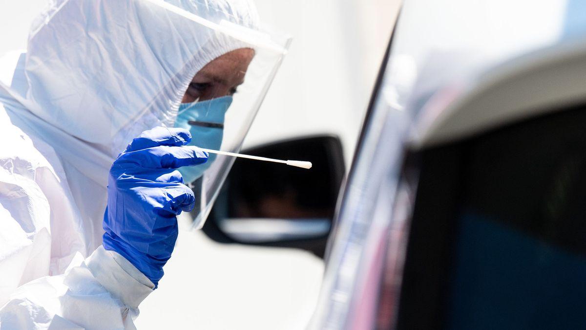 Mitarbeiter vom Bayerischen roten Kreuz nehmen an einem Corona-Testzentrum an der Autobahn 8 (A8) an der Rastanlage Hochfelln-Nord einen Abstrich. Mit Blick auf zuletzt steigende Corona-Infektionszahlen warnt die bayerische Staatsregierung vor Nachlässigkeit und startet eine Testoffensive. Reiserückkehrer können sich an verschiedenen Rastanlagen kostenlos auf das Coronavirus testen lassen.