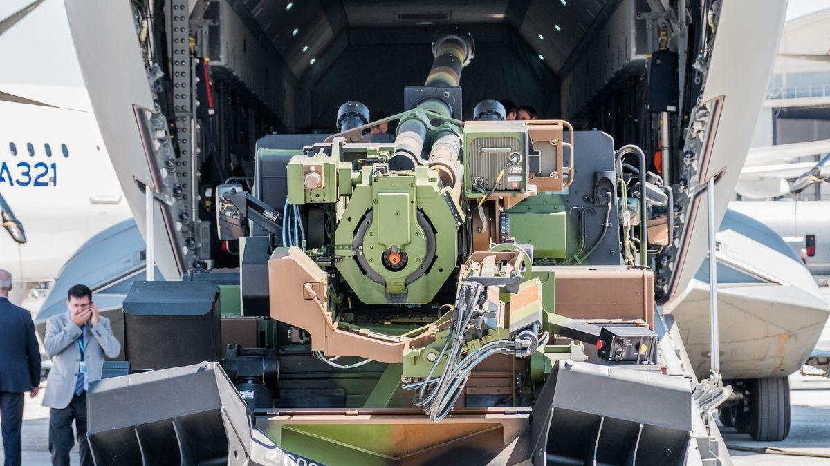 Eine Caesar-Kanone wird in ein Flugzeug verladen. Foto vom Luft- und Raumfahrtsalon 2017 in Le Bourget.