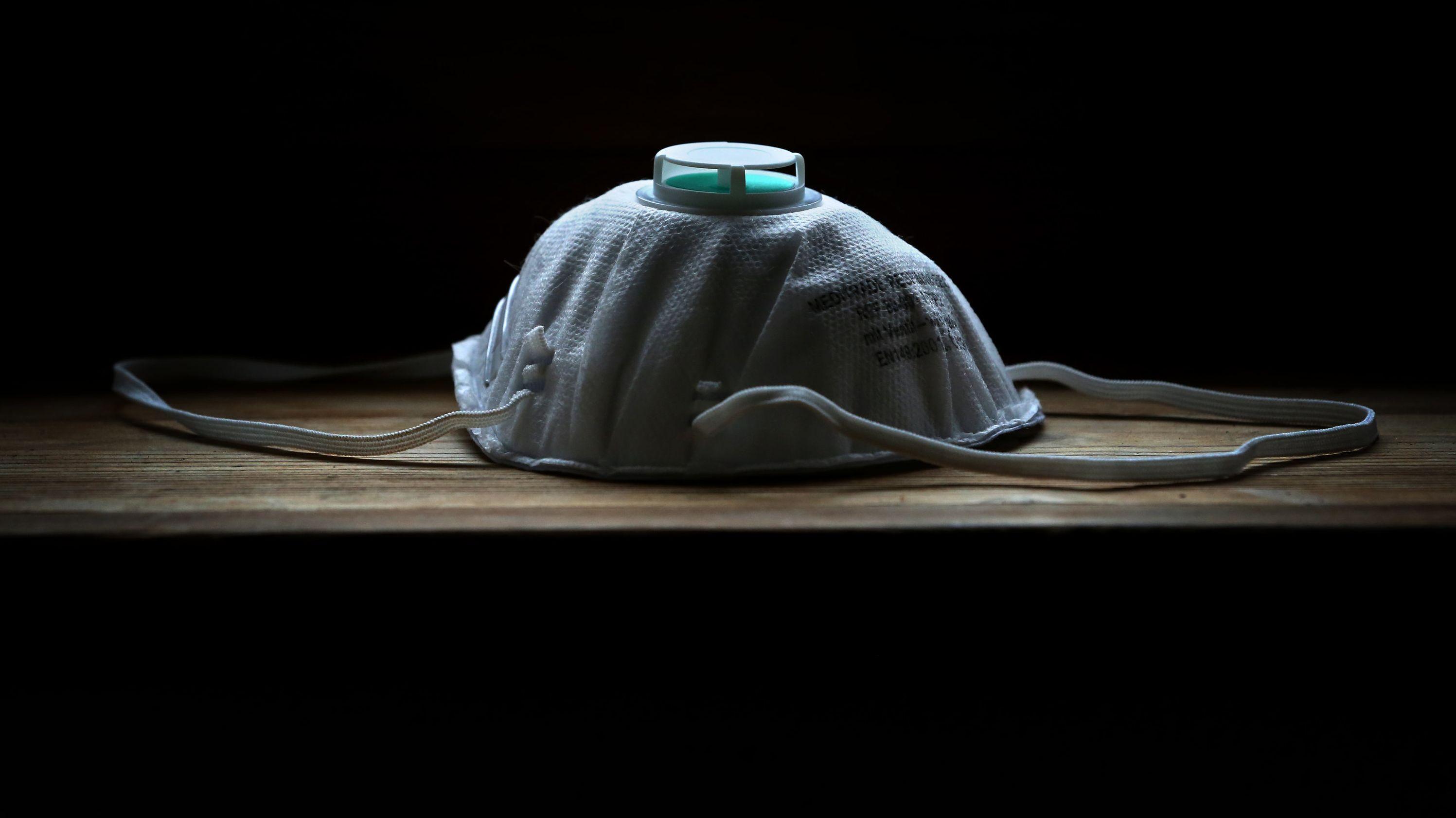 Symbolbild: Eine Atemschutzmaske liegt auf einem Tisch.