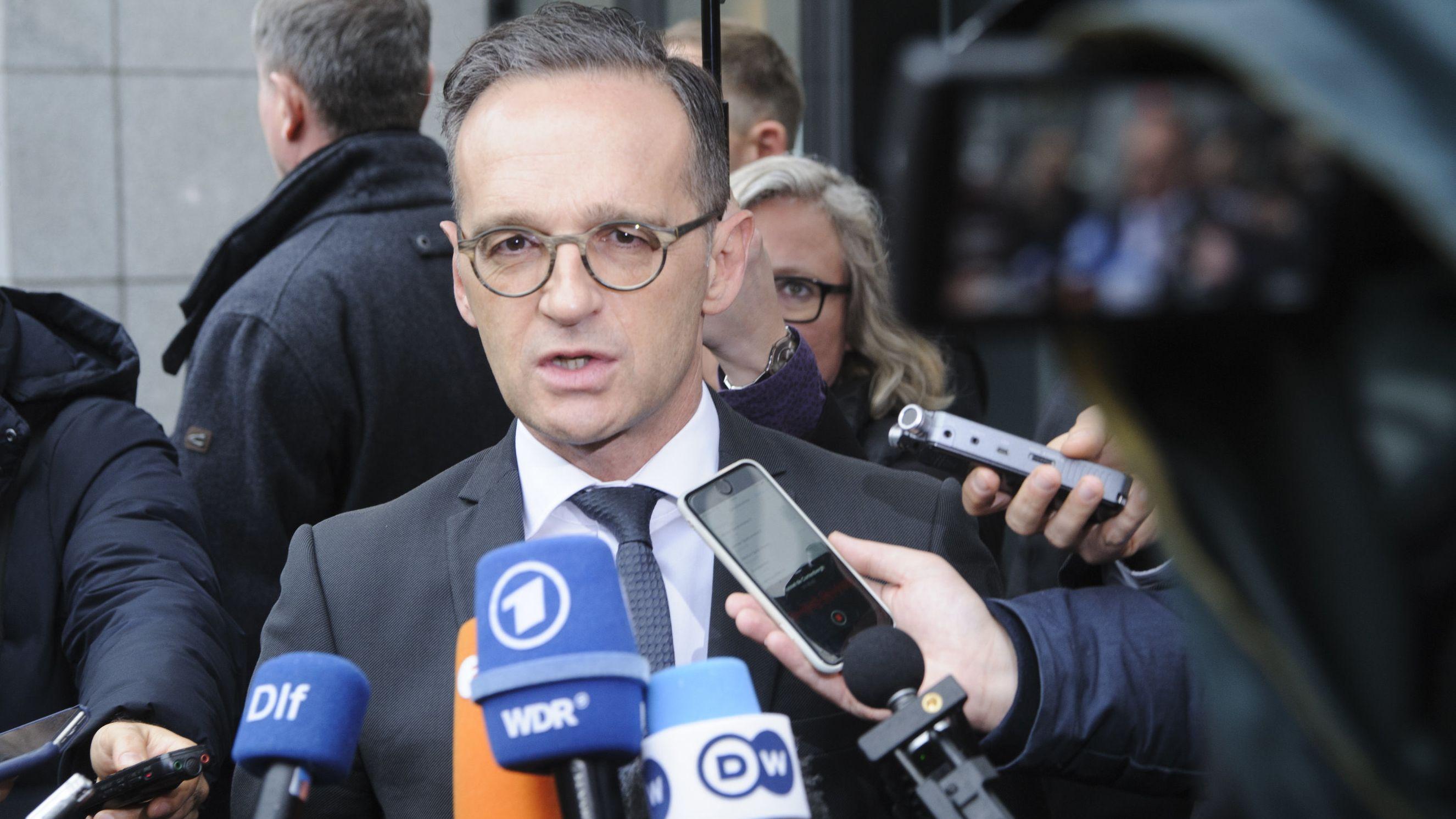 Bundesaußenminister Heiko Maas steht vor Mikrofonen