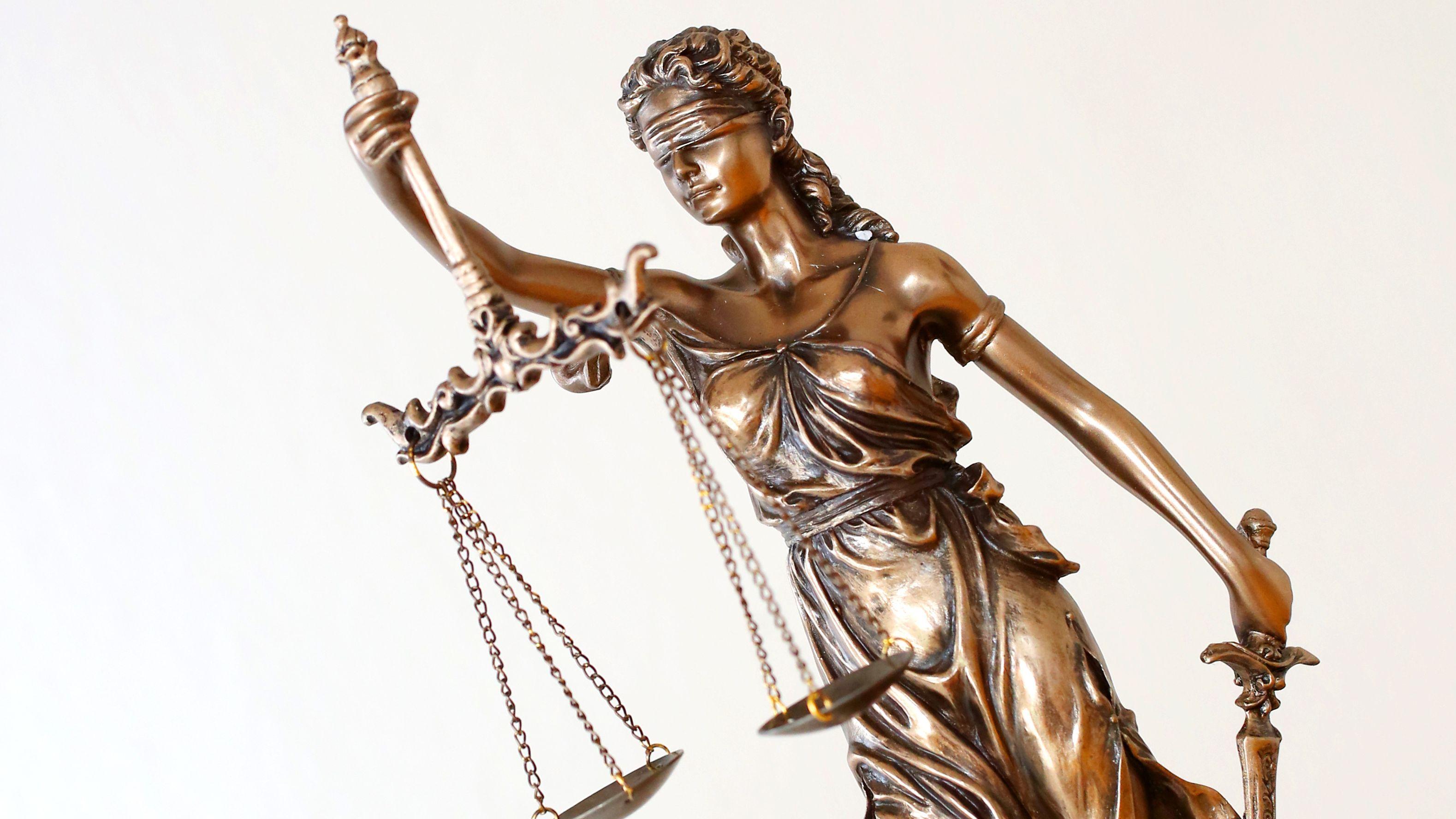 Justitia mit Waagschalen und Schwert repräsentiert die Gerechtigkeit.