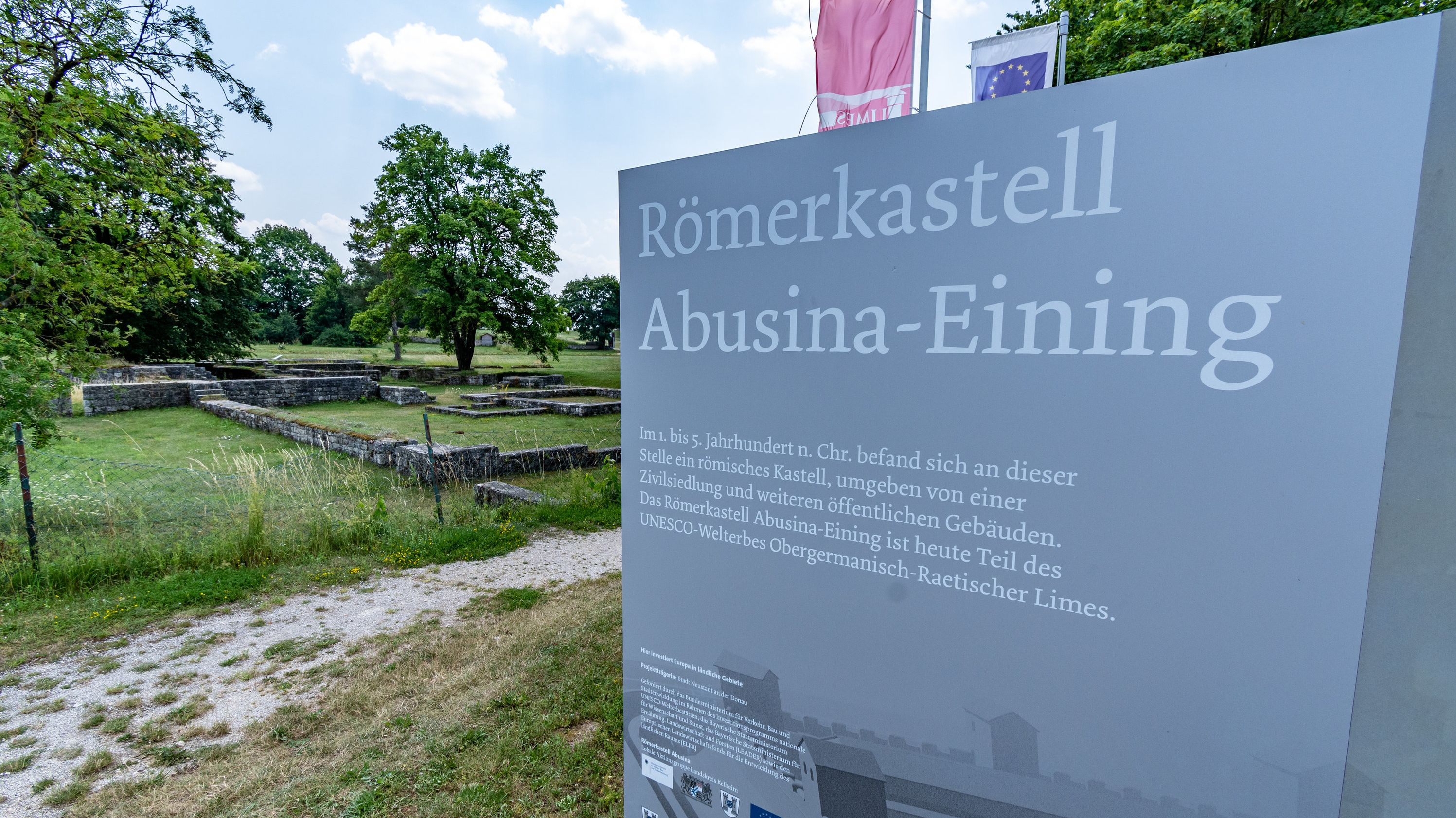 """""""Römerkastell Abusiana-Eining"""" steht am Eingang zu dem römischen Kastell nahe der Donau"""