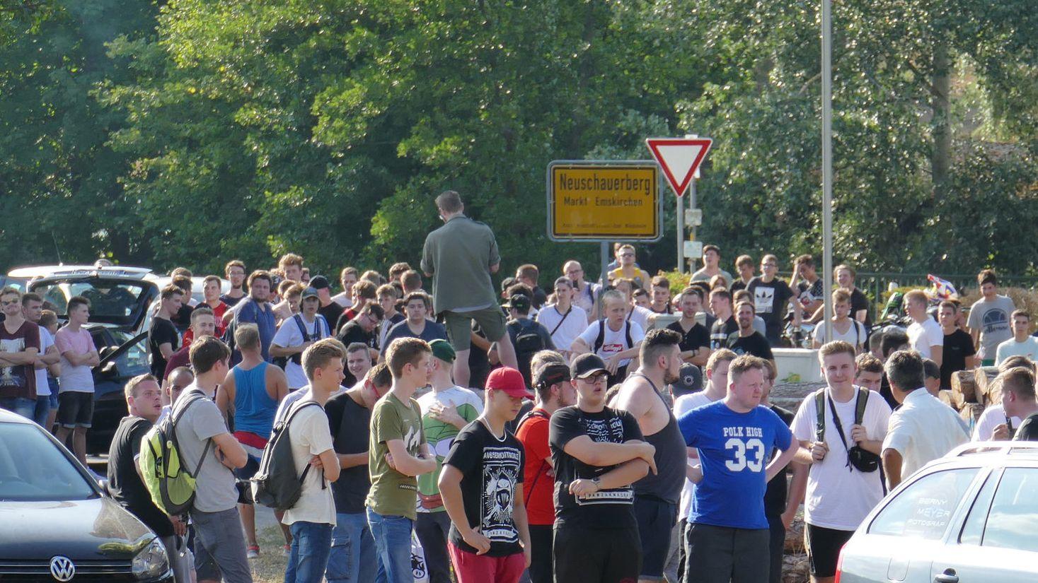 """Teilnehmer einer """"Hass-Demo"""" gegen """"Drachenlord"""" in dessen Heimatdorf."""