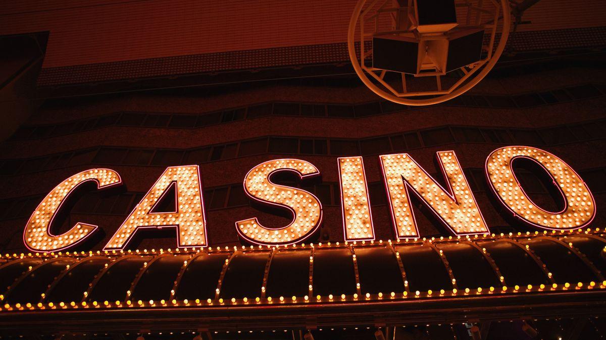Leuchtreklame eines Casinos.