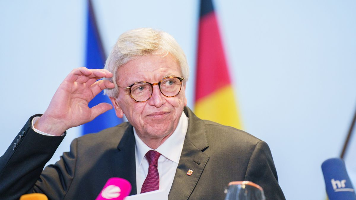 Volker Bouffier vor Journalisten im Landtag am 18. März 2021.