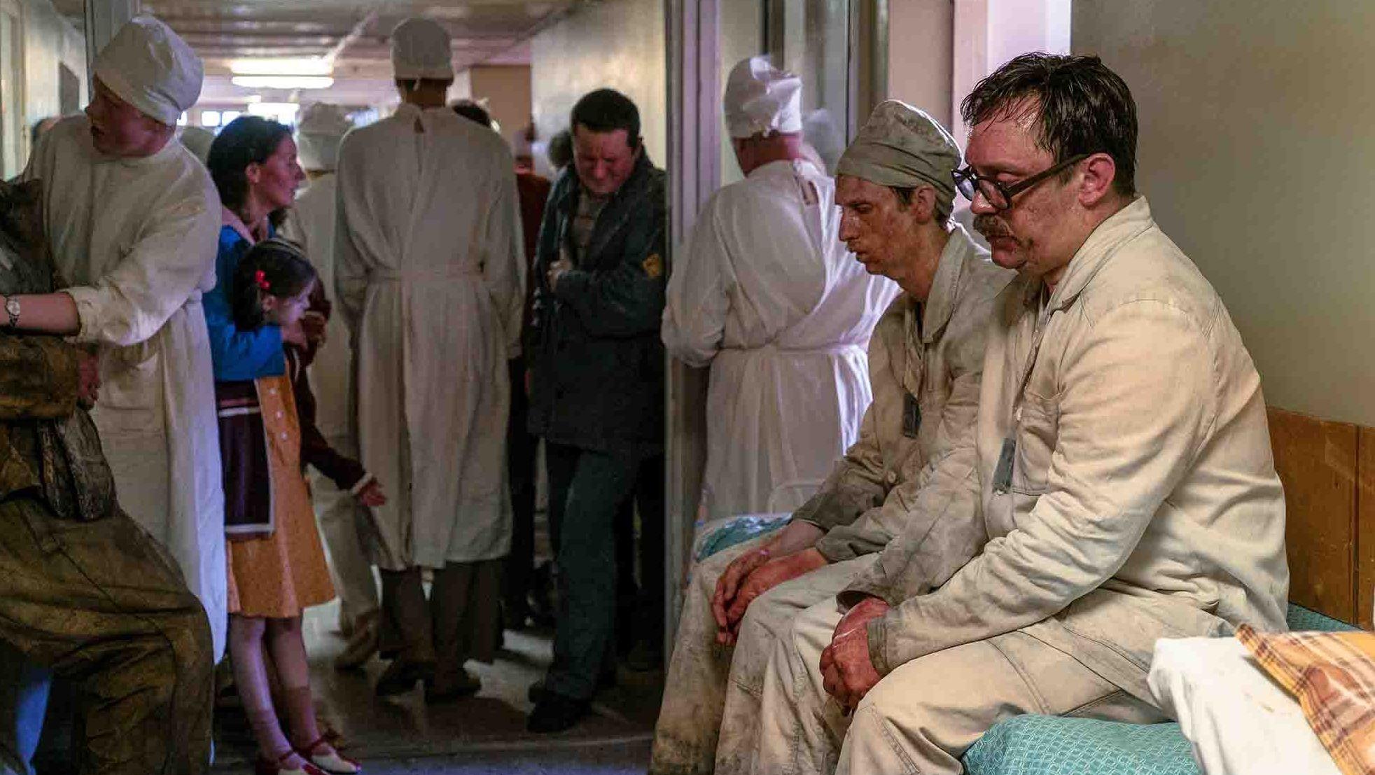Verstrahlte Menschen im überfüllten Krankenhausflur