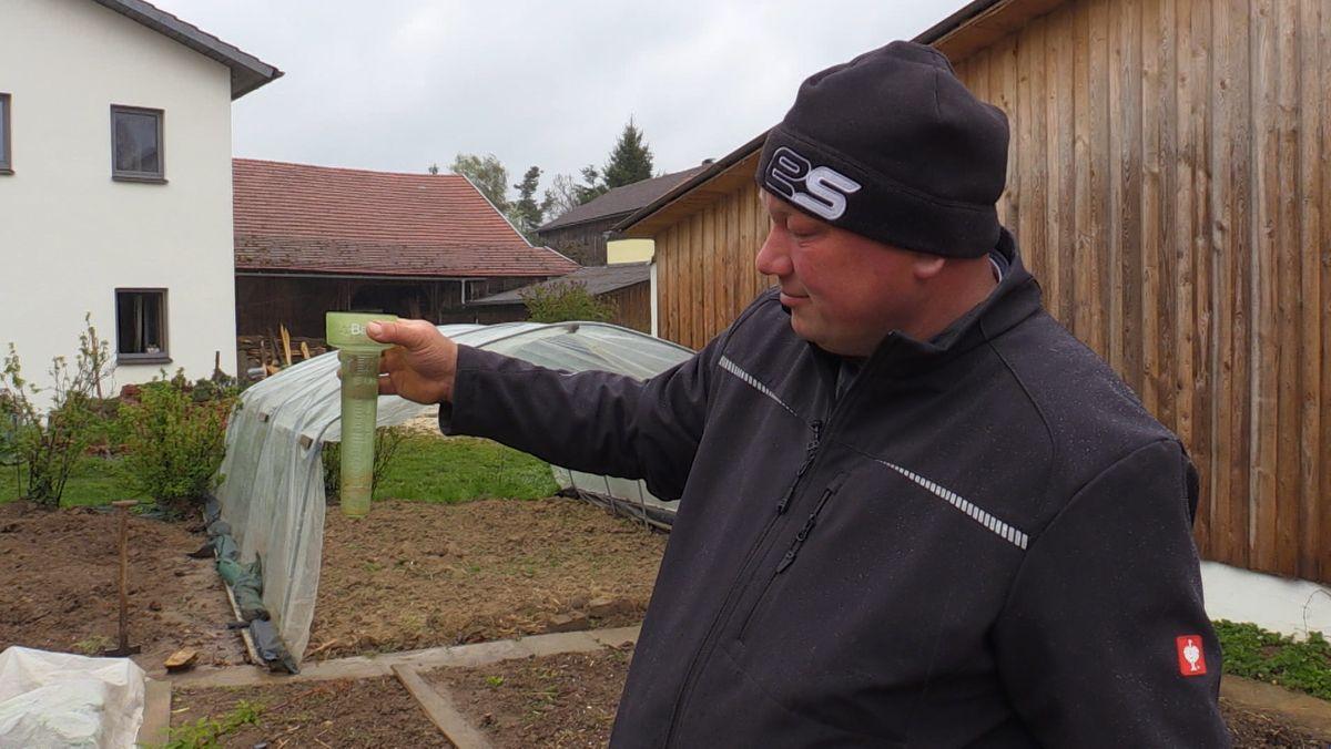 Markus Dillinger mit einem Niederschlagsmessbehälter.