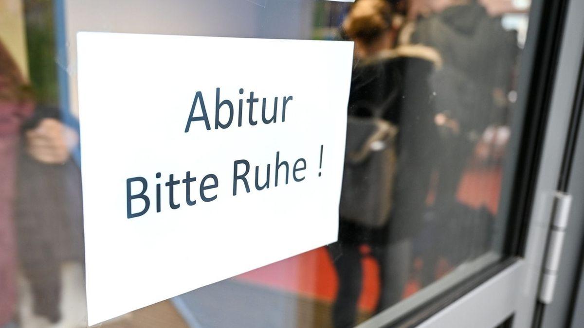 """Schild mit der Aufschrift """"Abitur. Bitte Ruhe!"""""""