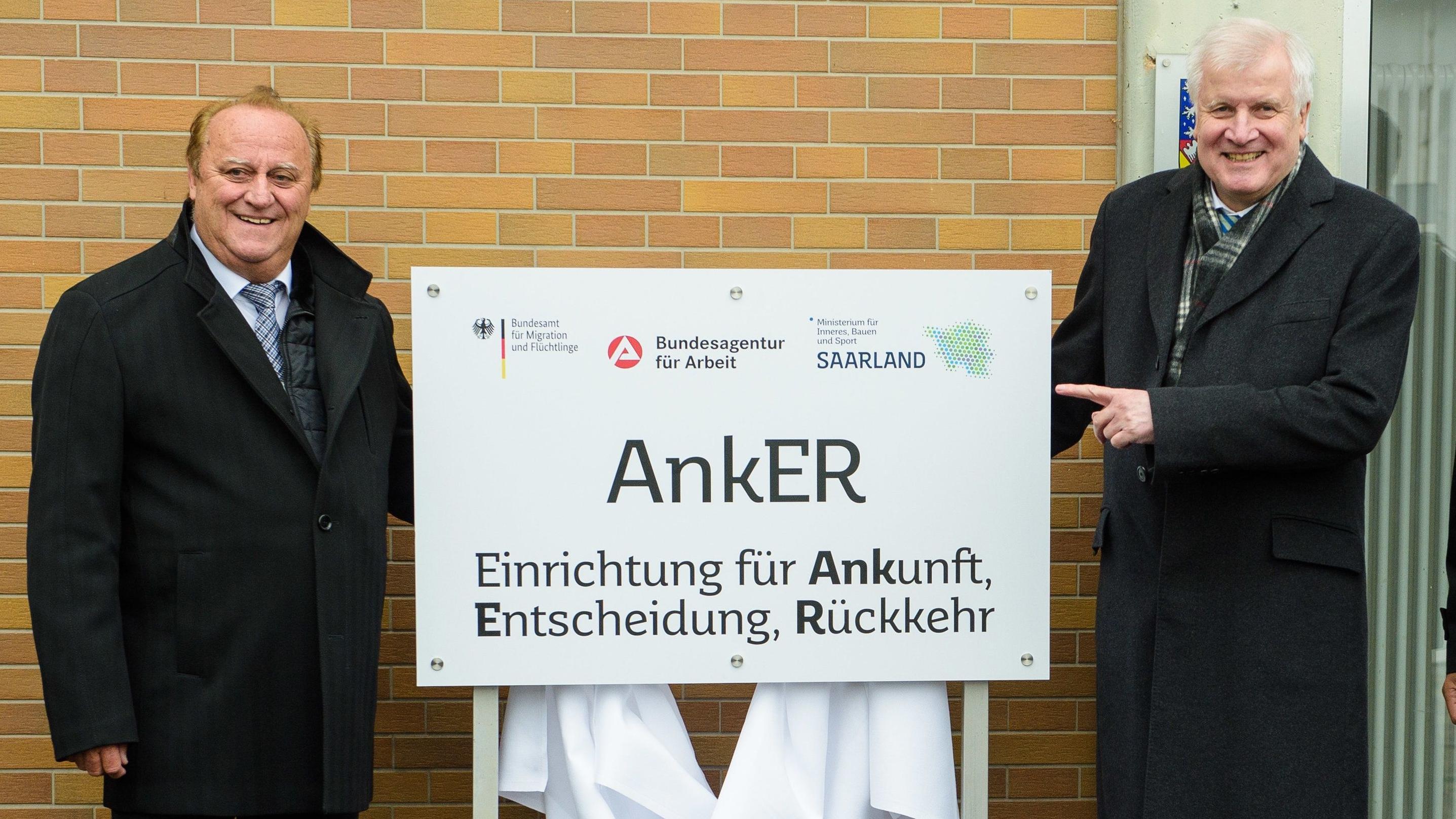Klaus Bouillon und Horst Seehofer vor einem Bild mit der Aufschrift Anker.