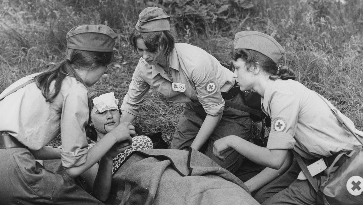 DRK der DDR: Jugendrotkreuz, Mitglieder bei einer Erste Hilfe Übung auf dem Jugendfestival in Berlin.