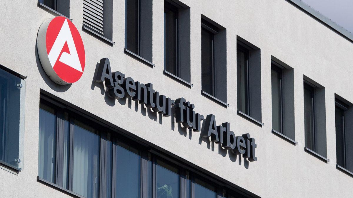 Fassade mit Schriftzug einer Agentur für Arbeit