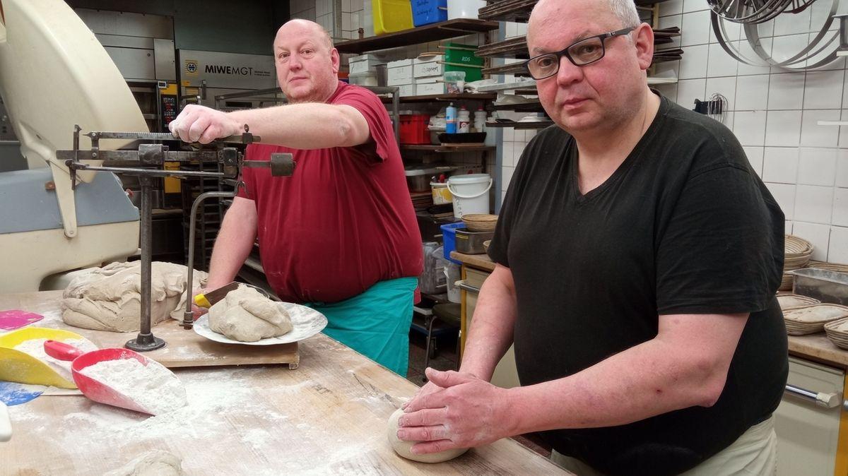 Die beiden Bäckermeister Andreas und sein Bruder Michael Galm bereiten die Brotteiglinge in ihrer Backstube vor.
