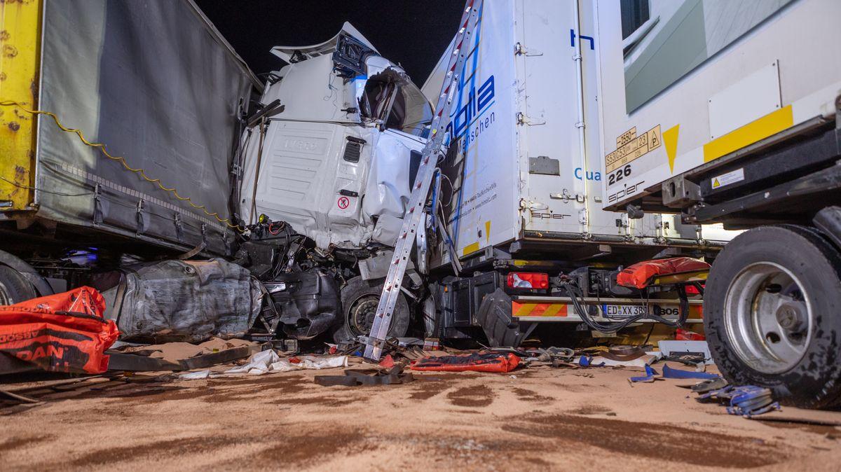 Ein Lkw ist auf der A3 bei Erlangen in eine Baustelle gekracht. Zwei weitere Lastwagen konnten nicht mehr rechtzeitig bremsen.