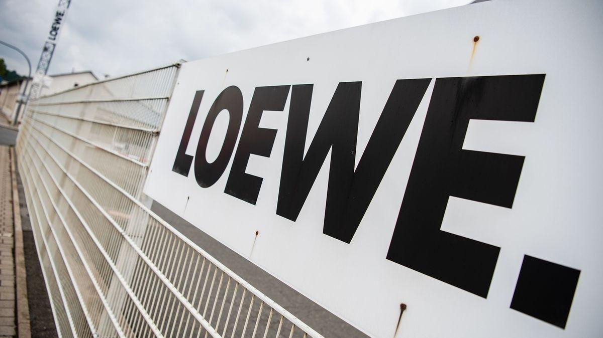 """Der Schriftzug """"Loewe"""" an einem Zaun."""