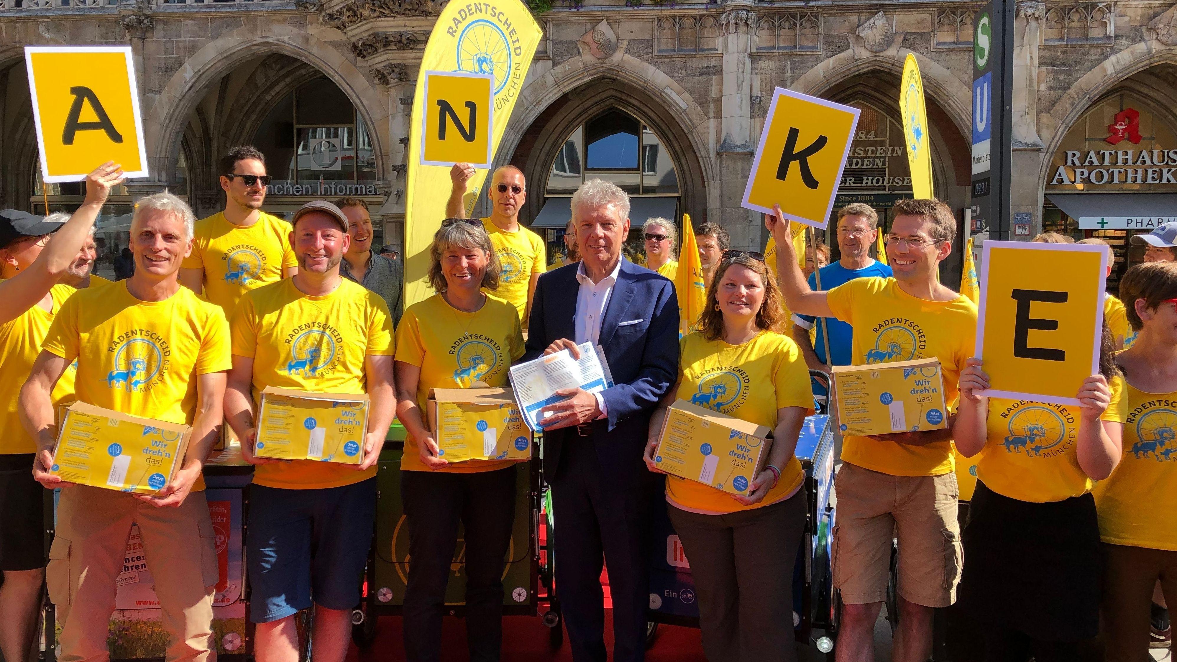 Münchens Oberbürgermeister Dieter Reiter (SPD) und Initiatoren des Radentscheids bei der Übergabe von 160.000 Unterschriften.