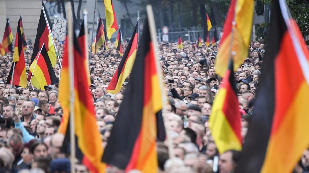 01.09.2018, Sachsen, Chemnitz: Die Teilnehmer der Demonstration von AfD und dem ausländerfeindlichen Bündnis Pegida, der sich auch die Teilnehmer der Kundgebung der rechtspopulistischen Bürgerbewegung Pro Chemnitz angeschlossen haben, ziehen durch die Stadt.