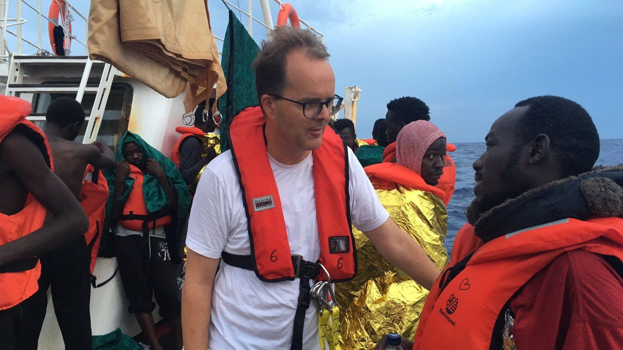 """Markus Rinderspacher (SPD), Landtags-Vizepräsident, unterhält sich am 02.09.2019 auf dem Rettungsschiffs """"Eleonore"""" mit einem Geflüchteten"""