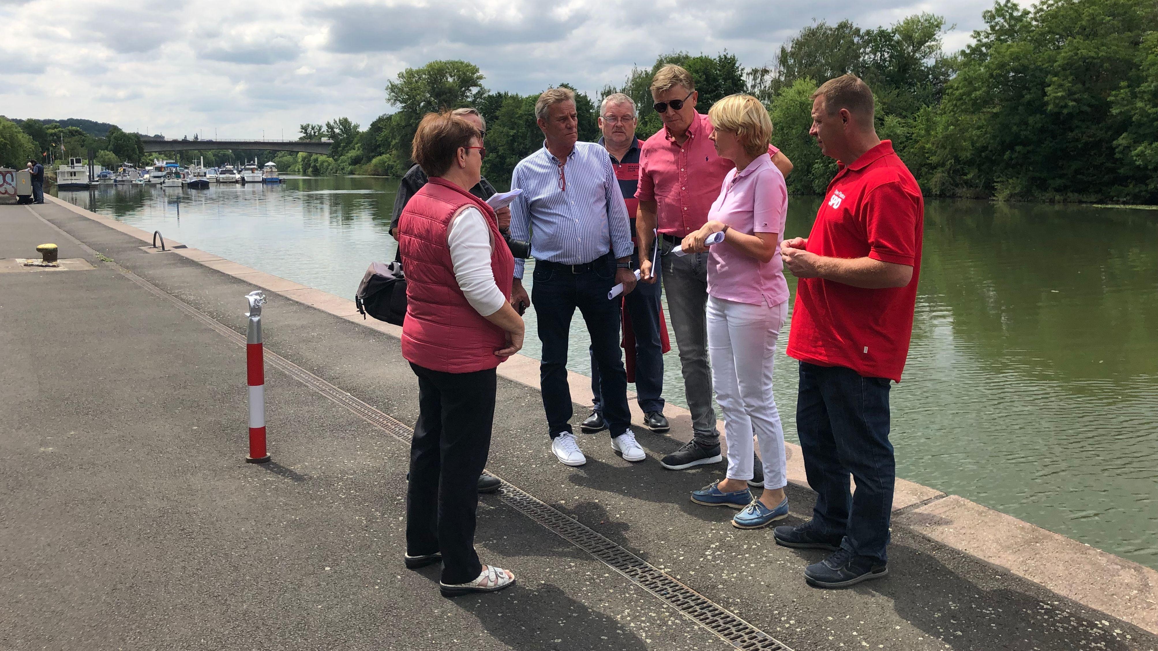 Aschaffenburger Stadträte besichtigen das Mainufer im Aschaffenburger Floßhafen.